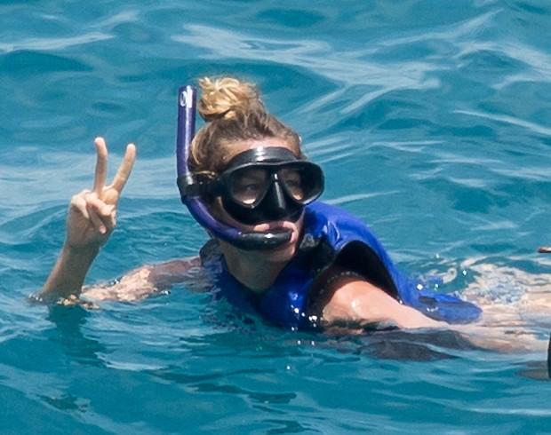 gisele mergulhou ao lado da irmã (Foto: AKM)