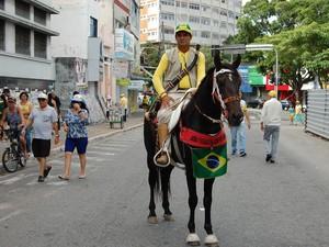 O comerciente Valdenor Cavalcante foi ao protesto montado a cavalo, em Campina Grande (Foto: Artur Lira/G1)