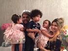 Dentinho e Dani Souza festejam 1 ano das filhas gêmeas