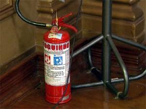 Prefeita Dárcy Vera disse que extintores da Prefeitura estão vencidos (Foto: Valdinei Malaguti/EPTV)