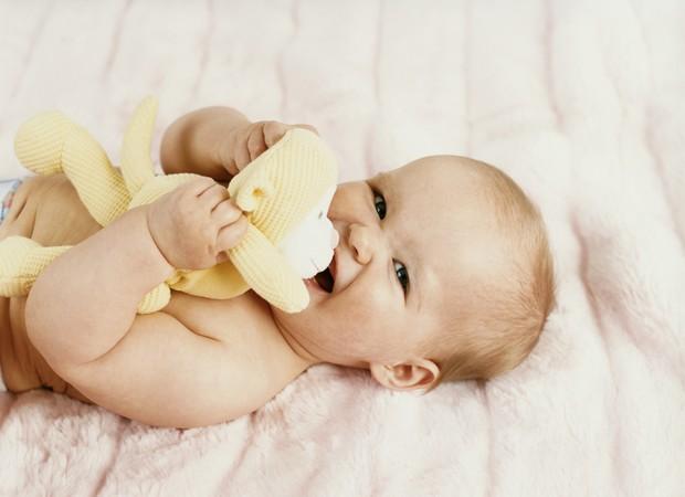 Bebê agarrando ursinho (Foto: Thinkstock)