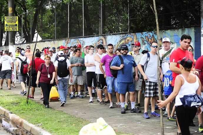 Torcedores buscaram ingresso até as últimas horas antes do GP do Brasil (Foto: Marcos Ribolli)