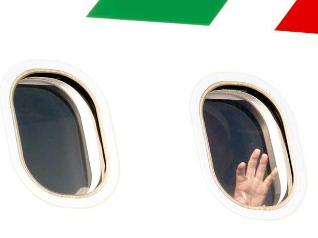 Papa Francisco acena pouco antes de seu avião decolar de Roma. (Foto: Riccardo De Luca / AP Photo)