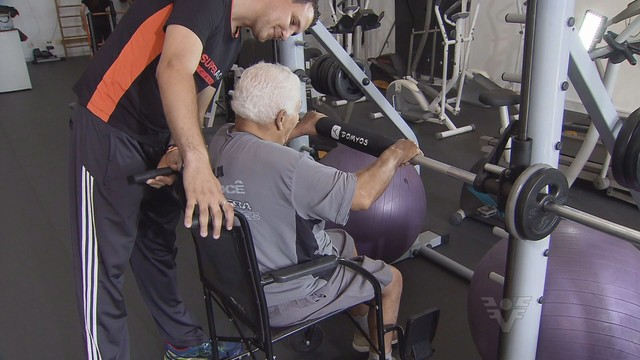 Academia atende pessoas com problemas físicos e neurológicos (Foto: Reprodução/TV Tribuna)