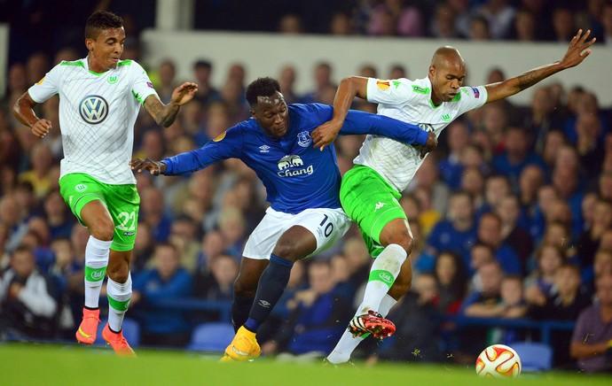 Everton x Wolfsburg - Luiz Gustavo, Naldo e Lukaku (Foto: EfeServicios )