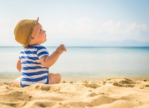 Bebês devem ser levados à praia a partir dos seis meses  (Foto: Thinkstock)