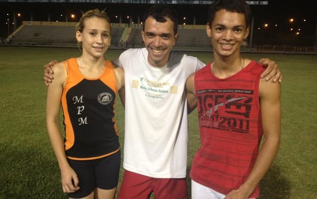 Camila, o treinador David Pires e Rafael: promessas do atletismo de RR (Foto: Tercio Neto/GLOBOESPORTE.COM)