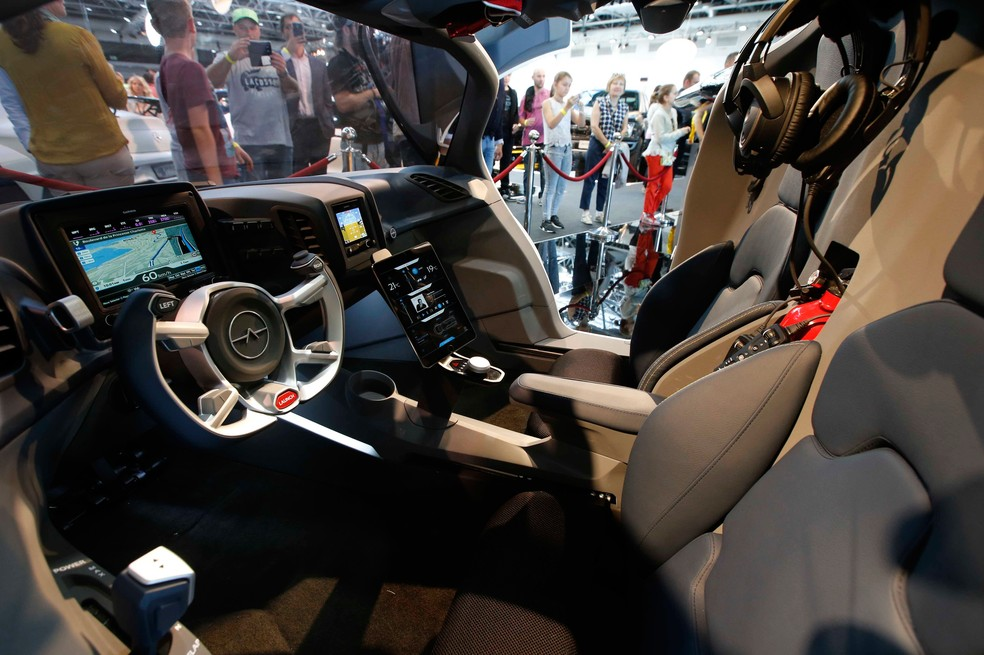 Interior do Aeromobil, em exposição em Mônaco, no sul da França (Foto: REUTERS/Jean-Paul Pelissier)