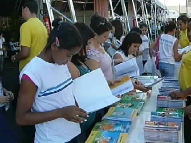 Estudantes passeiam pelo pavilhão do Fliv em Votuporanga (Foto: Reprodução / TV Tem)