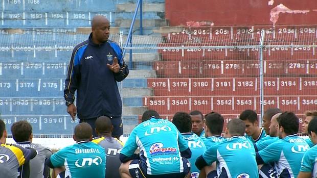 Edmilson de Jesus conversa com os jogadores do São Carlos (Foto: Pedro Santana/ EPTV)