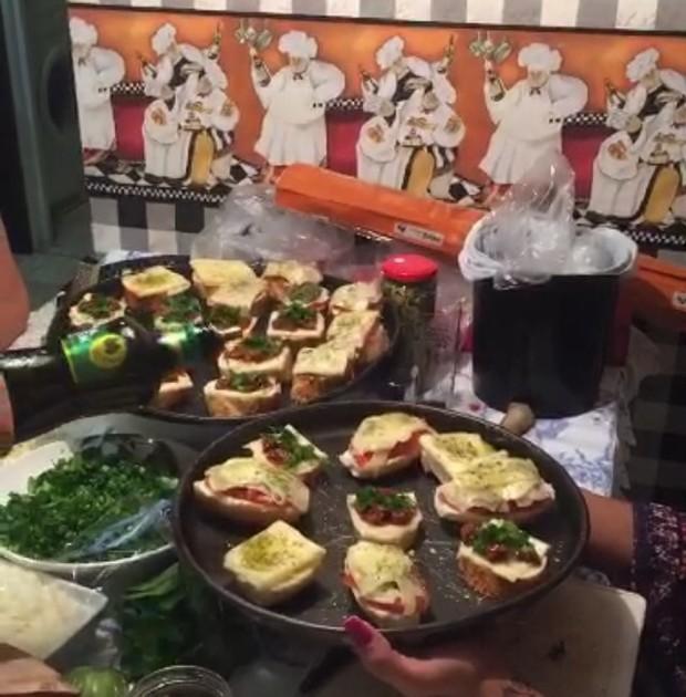 Rafael Licks cozinhou para a namorada (Foto: Divulgação)