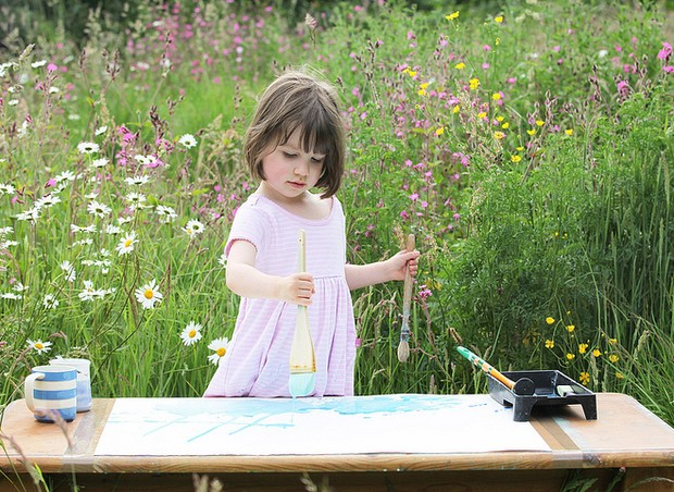 Iris Grace trabalhando em uma de suas pinturas (Foto: divulgação/ Iris Grace)