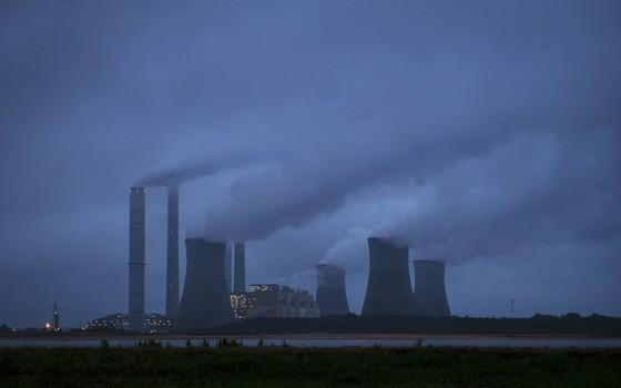 Termelétrica a carvão no estado da Georgia, Estados Unidos. EUA aprovaram novas regras para limitar emissões das usinas a carvão (Foto: John Amis/AP)
