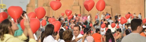 Romeiros participam de abraço coletivo (Thiago Leon/Santuário Nacional)