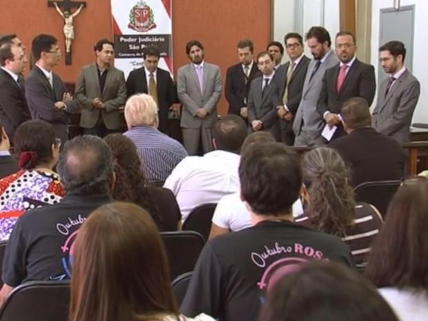 Juízes e promotores com os servidores públicos do fórum de Fernandópolis (Foto: Reprodução/TV TEM)