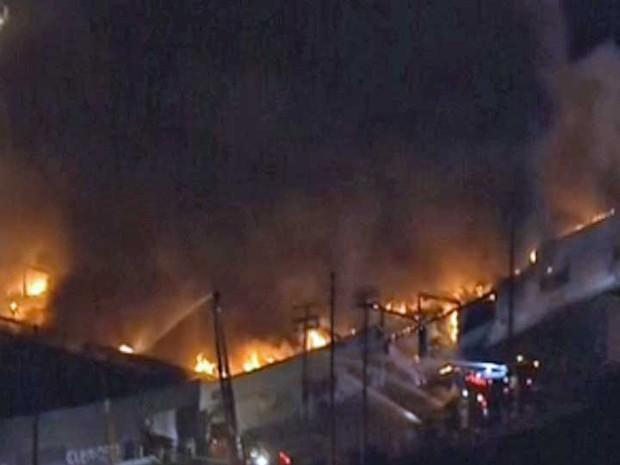 Incêndio atinge prédio de mais de 6 mil metros quadrados em Los Angeles (Foto: Reprodução / GloboNews)