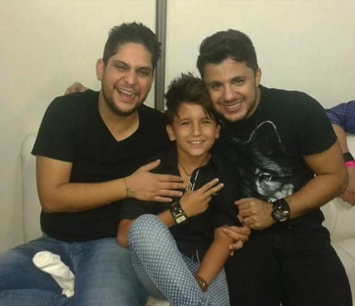 Rogerinho se diverte com Jorge, da dupla Jorge & Mateus, e com seu ídolo Cristiano Araújo (Foto: Arquivo Pessoal)