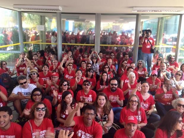 Professores protestam em frente ao MEC contra falta de investimento na educação do país  (Foto: Divulgação/Anes-SN)