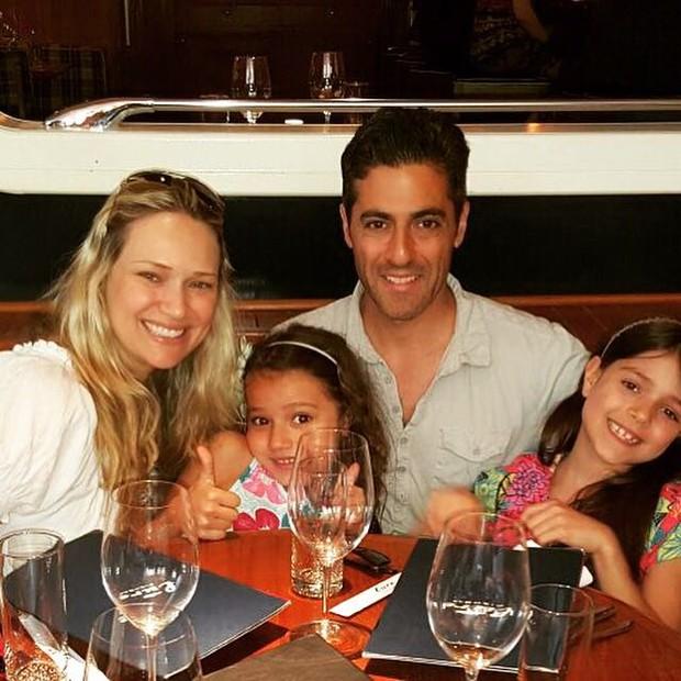 Fabiana Saba com o marido, Ralph Sutton, e as filhas, Victoria e Rebecca (Foto: Arquivo pessoal)