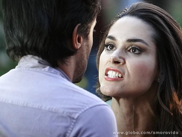 A megera solta o verbo após o tapa (Foto: Amor à Vida / TV Globo)