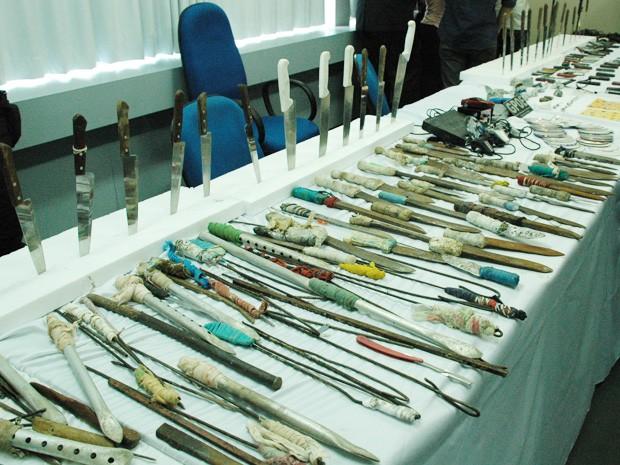 216 armas brancas foram apreendidas e apresentadas pela secretaria (Foto: Daniel Peixoto/G1)