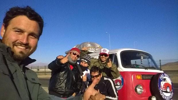 Os primos chilenos José Fernando e José Luis Sanchez e alguns amigos que os acompanham na jornada até o Brasil (Foto: Giovana Sanchez/G1)