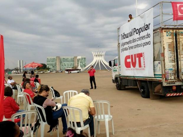 Manifestantes se reúnem em ato da Central Única dos Trabalhadores (CUT) contra reformas trabalhistas na Esplanada dos Ministérios, em Brasília (Foto: Beatriz Pataro/G1)