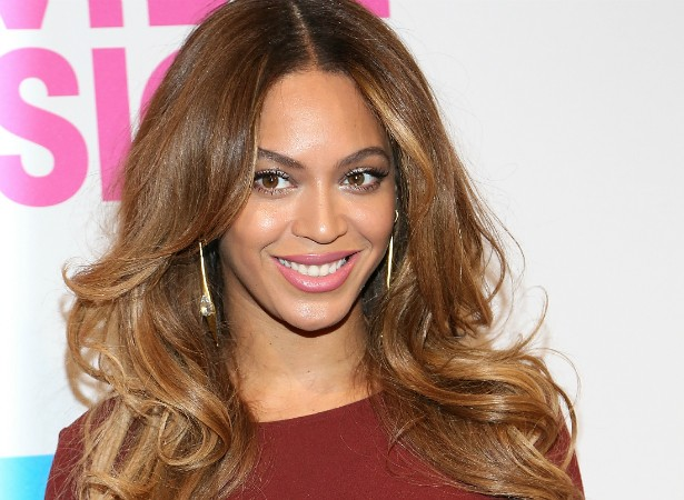 """Sim! Beyoncé também tem suas fraquezas. Em seu documentário, 'A Vida Não é Mais que um Sonho' (2013), a cantora chega a dizer: """"As pessoas olham para as celebridades, elas têm dinheiro e fama, mas eu sou um ser humano. Choro, tenho medo, fico nervosa, como qualquer outra pessoa"""". (Foto: Getty Images)"""