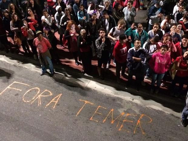 Manifestante pinta frase 'Fora Temer' no chão da Paulista (Foto: Glauco Araújo/G1)