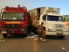 Carreta bate em caminhão do Corpo de Bombeiros que apagava incêndio