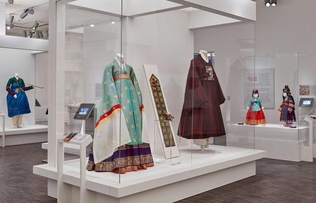 "Ceremonial costumes for men, women and children at the ""Couture Korea"" exhibition at the Asian Art Museum in San Francisco. At the front are contemporary reconstructions of a woman's ""Hanbok"" and man's coat (""gu'ui"") based on 17th-century garments; at the (Foto: ARUMJIGI CULTURE KEEPERS FOUNDATION © ASIAN ART MUSEUM)"