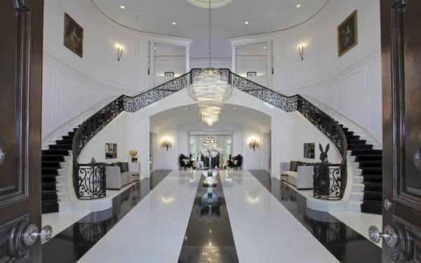 Entrada do The Manor, que tem 123 cômodos (Foto: Hilton & Hyland)