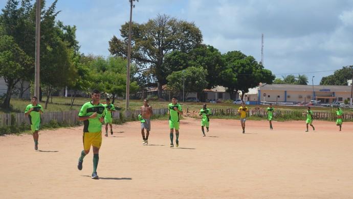 Ao final do trabalho, atletas que perderam rachão dão voltas na quadra de areia (Foto: Gustavo Campos/GloboEsporte.com)