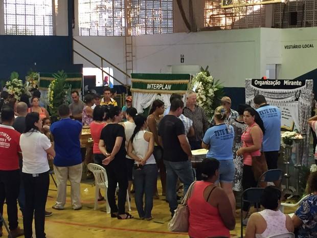 Velórios de três das vítimas ocorrem no Ginásio Municipal de Teodoro Sampaio (Foto: Mateus Tarifa/TV Fronteira)