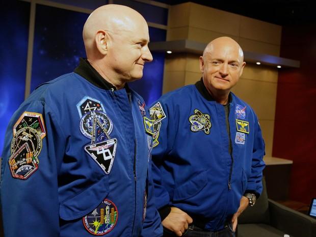 Eles são gêmeos idênticos, mas Scott tem 3,8 cm a mais agora  (Foto: AP Photo/Pat Sullivan)