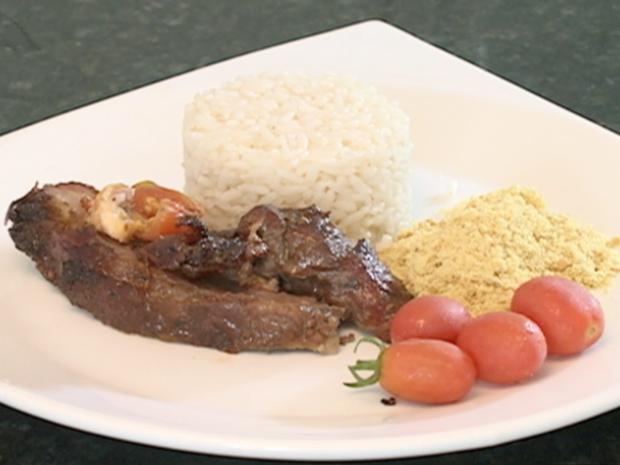 Carne pode ter arroz, farofa e salada como acompanhamento (Foto: Reprodução/TV Grande Rio)