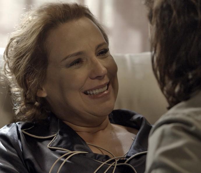 Emília fica muito feliz com o pedido (Foto: TV Globo)