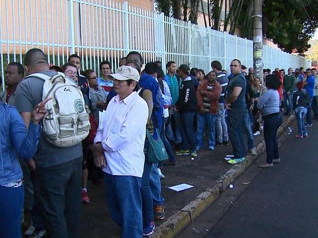 Fila em feirão de emprego em Ribeirão Preto (SP) chegou a um quilômetro  (Foto: Sérgio Oliveira/EPTV)
