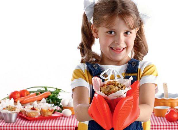 Menina com bolinho (Foto: Reprodução/Revista Crescer)