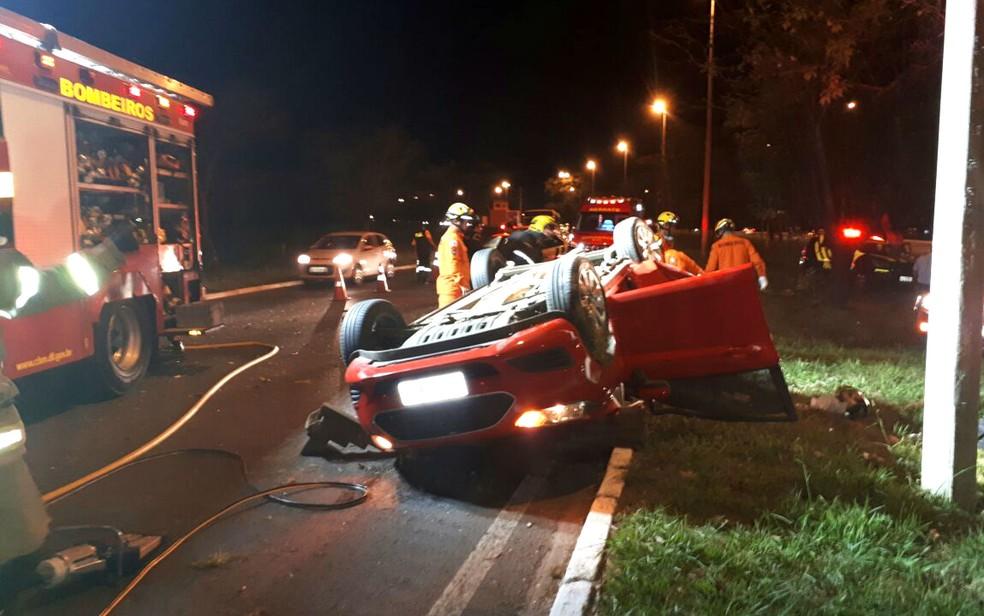 Mãe e filho morreram em acidente de trânsito provocado por dois carros que faziam