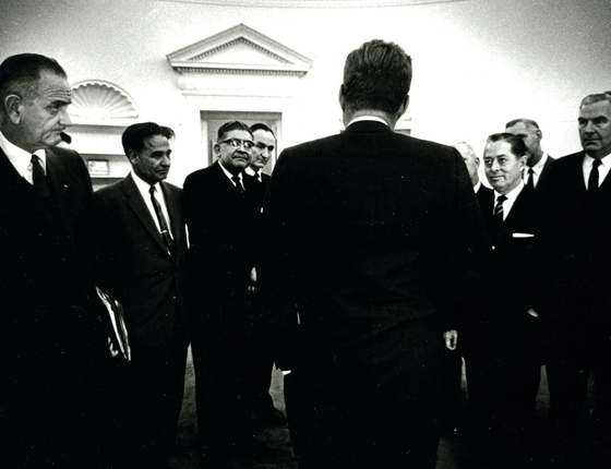 Kennedy cumprimenta congressistas (Foto:  The Estate of Jacques Lowe/Getty Images)
