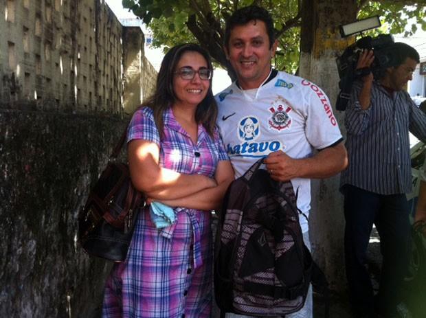 Casal com a mochila recuperada (Foto: Fernanda Zauli/G1)