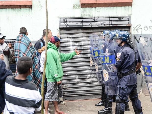 A Guarda Civil Metropolitana realiza operação para tentar   remover usuários de drogas que acampam em uma   calçada da Alameda Dino Bueno, no bairro dos Campos   Elíseos, no centro de São Paulo (Foto: Adriano Lima/Estadão Conteúdo)