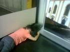 Voo atrasa mais de 4h e passageiros dormem em chão de aeroporto no AM