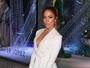 Jennifer Lopez arrasa com look decotado em evento de moda