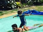 Luana Piovani posta foto fofa do marido e o filho mais velho na piscina
