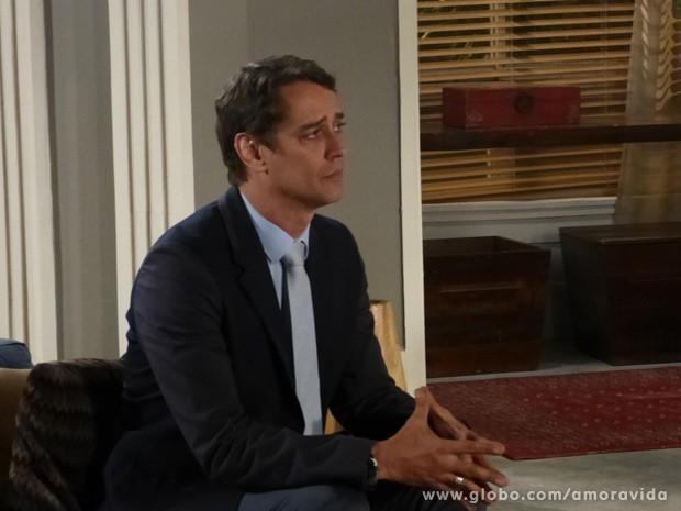 Eron se faz de coitado (Foto: Amor à Vida/ TV Globo)