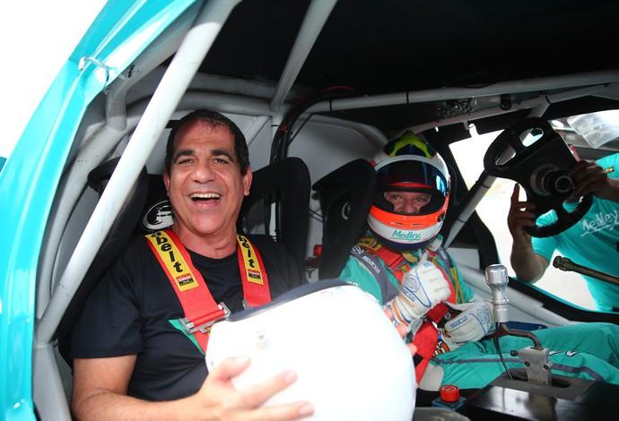 Durval Lelys, da banda Asa de Águia, também aceitou o desafio de Rubens Barrichello (Foto: Divulgação)