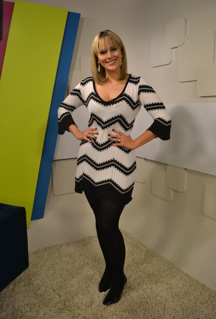 Look da Jessica: apresentadora aposta em combinação 'P&B' (Foto: Reprodução / TV Diário)