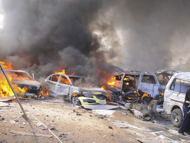 Veículos queimam após uma explosão no centro de Damasco (Foto: EUTERS / Sana)